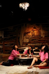 『なべげんっぽい三人姉妹』(2013) ©山下昇平